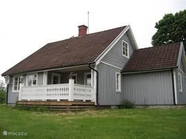 Dit is de zijkant van het huis met privacy.Dit is een Traditioneel Zweeds woning. Inrichting; romantisch Scandinavisch .Incl. traditionele Sauna, ligbad, douche-cabine, sat TV, DVD/CD, Radio/usb en een zeer complete gezellige modern Scandinavische woning.