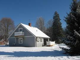 Dit is de zij/achterkant van het huis met veel privacy. Swe-rent Hornkullen (het grijze huis) Dit is een Traditioneel Zweeds woning. Inrichting; romantisch Scandinavisch .Incl. traditionele Sauna,ligbad , douche-cabine NL, DL, Eng, TV, DVD/CD, Radio/usb en een zeer complete gezellige modern Scan