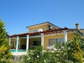 Villa Deniz is echt een heerlijke woning met veel comfort, en staat op een mooi aangelegd park met slechts 10 woningen. Woning is voorzien van airco in alle slaapkamers, Nederlandse satelliet ontvanger, en natuurlijk niet te vergeten een heerlijk privé zwembad grenzend aan een heerlijk terras.