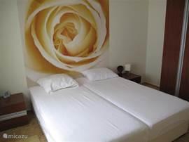 Totaal 3 slaapkamers met totaal 5 bedden 200 x 90 cm, voor een optimale slaapcomfort, en alle slaapkamers voorzien van airco.