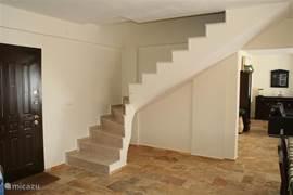 Trap naar 1e etage, waar zich de grote slaapkamer bevind, en het boventerras met schitterend uitzicht op de mooie omgeving en de zee.
