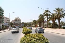 De boulevard van bruisend Kusadasi waar men zich nooit zat vervelen, volop winkels, restaurants in diverse prijsklasse,nachtclubs, discotheken, en volop live muzuek op de diverse terasjes.