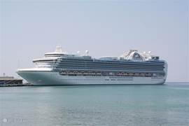 Dagelijks nieuwe touristen in Kusadasi, die aangevoerd worden met gigantische grote cruiseschepen.