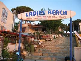 Ladies Beach boulevard, ook hier vindt je op wat kleinere schaal diverse leuke restaurants en shopjes.