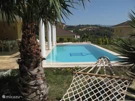 Ook vanuit het zwembad of de hangmat heerlijk geniet van de schitterende omgeving.