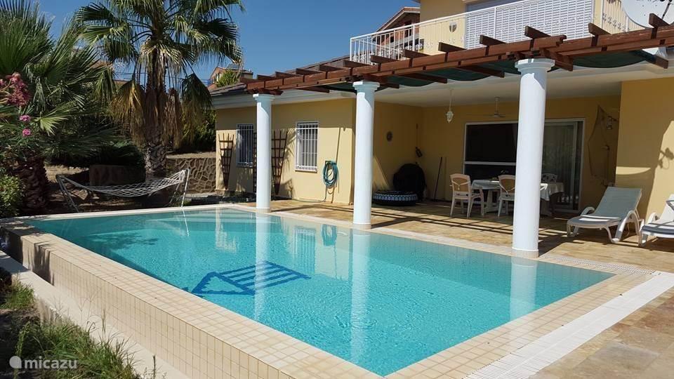 Groot terras en heerlijk zwembad, alles wat je vakantie aangenaam maakt.