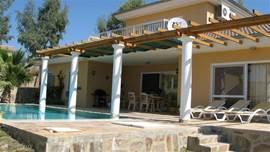 Het heerlijke ruime terras met ligbedden, een eethoek , barbeque en niet te vergeten het prive zwembad van 8 x 4 meter en twee meter diep voor een verfrissend duikje. Overdag is het hier genieten van de warmte en de zon,maar ook van de aanwezige schaduw en ventilator op het terras. Op de avonden he