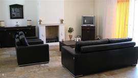De zeer ruime woonkamer met airco, stereoset, sateliet TV met diverse Nederlandse en buitelandse radio en TV zenders, DVD speler.