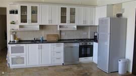 De uitgebreide keuken met bijna alles wat je maar kan wensen,vaatwasser, Senseo, sapcentrifuge,oven, etc.