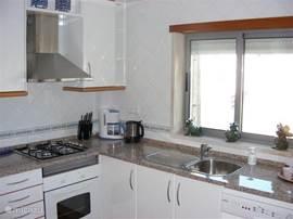 keuken volledig ingericht met alle denkbare apparatuur, vaatwasser oven magnatron etc