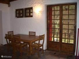 eettafel met openslaande deuren naar balkon. de eettafel kan eenvoudig vergroot worden.