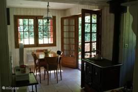 Keuken met aan de rechterkant de terrasdeuren naar keukenterras