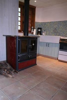 keuken foto 2 met houtgestookte ovenfornuis en aanrecht op achtergrond