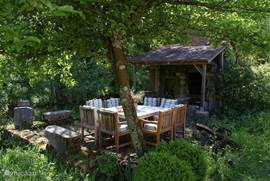 terrace with bread or pizza oven. At the front of the oven, the barbecue. The table and chairs provide ample space for 8 people