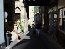 Het gezellige Franse touristenstadje Thiers in het departement Puy de Dome is bekend om zijn vervaardiging van messen. Het stadje ligt op zo´n 40 km van de molen. De route ernaar toe door bergen en bossen is landschappelijk erg mooi.