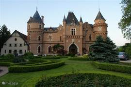 Dit schitterende kasteel van de Nederlandse familie Bosman met hotel-restaurantfunctie: Chateau de Maulmont in Saint-Priest-Bramefant, ligt op kleine 40 km van de molen in het departement Puy de Dôme.