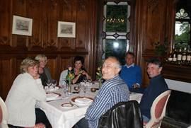 Een haute cuisine diner in een van de prachtige kamers van het kasteel, met links vooraan onze gastvrouw Frederika Bosman