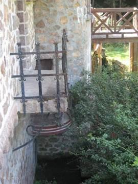 balkonnetje met toegang naar kelder met op de achtergrond boven- en benedenterras