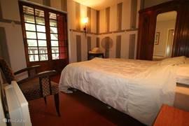 slaapkamer 1 met openslaande deuren naar balkon dat op zijn beurt toegang biedt naar slaapkamer 2. Vanuit deze slaapkamer heeft u toegang naar de badkamer.