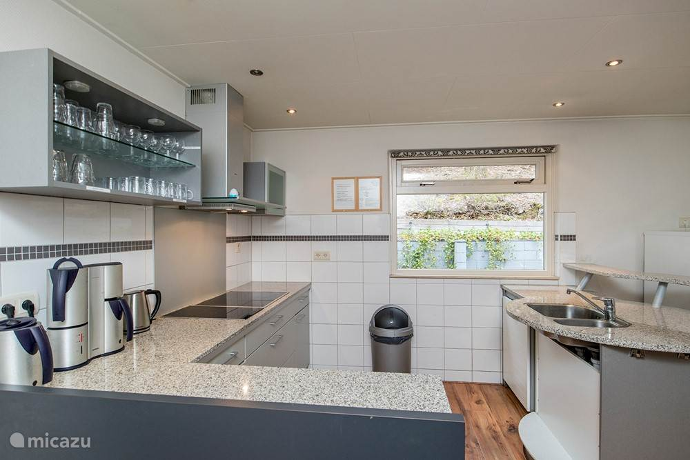 De keuken is uitgerust met een vaatwasser, twee koelkasten en een 6-pits keramische plaat.