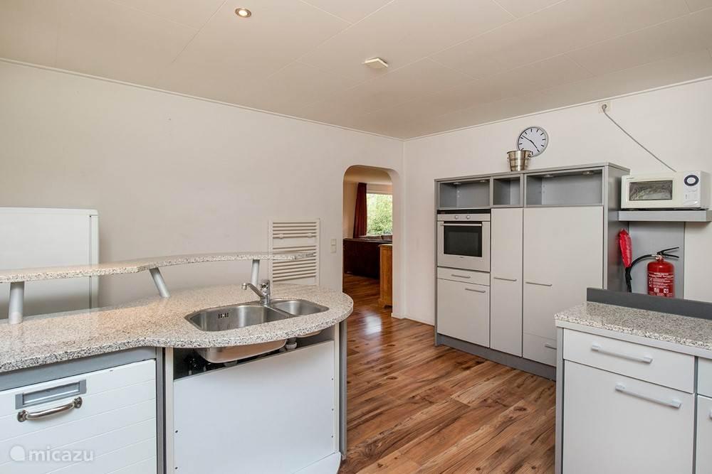 Doorkijkje van de keuken naar de woonkamer