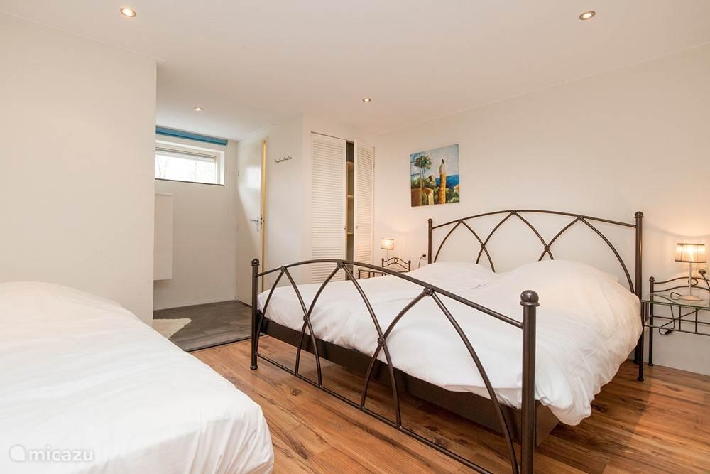 Slaapkamer met eigen douche en toilet
