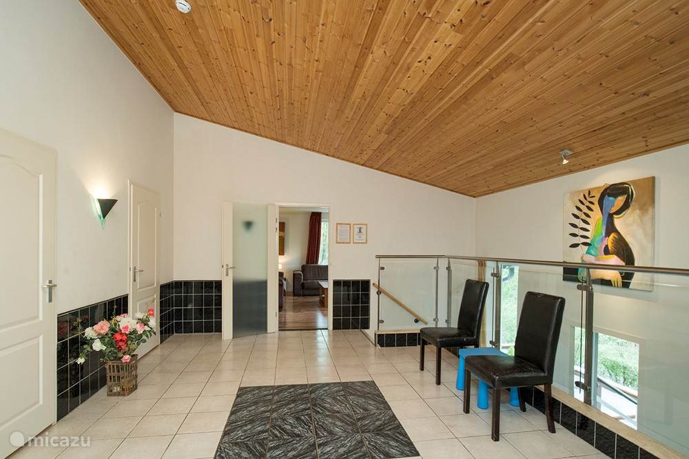 De ruime hal geeft toegang tot de woon- en slaapkamers