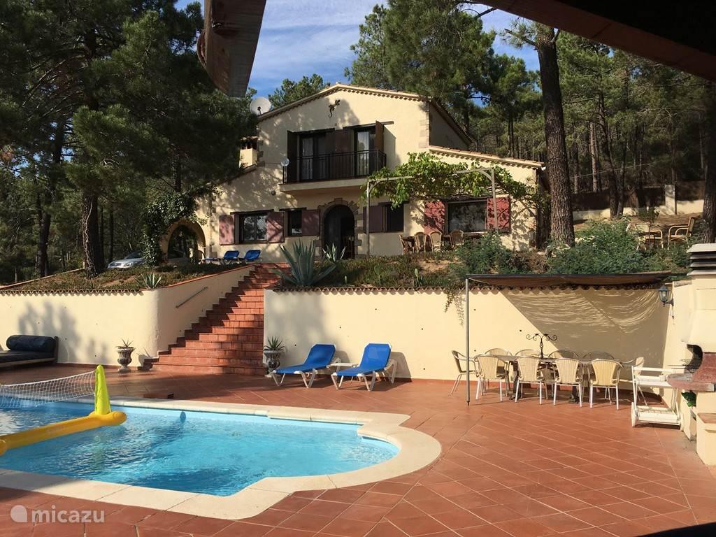 Het huis met zwembad gericht op het zuiden. De hele dag heeft u hier volop zon. Voor schaduw kunt u onder de patio gaan zitten of onder de druivenpergola.