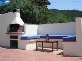 De lounge hoek met uitzicht op het zwembad. Lekker relaxen bij het zwembad.