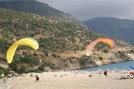 Paragliding vanaf de top van de berg Babadag naar het strand Olüdeniz.