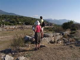 In de omgeving zijn veel restanten van graftombes en oude theaters, zoals Tlos, Patara enz.
