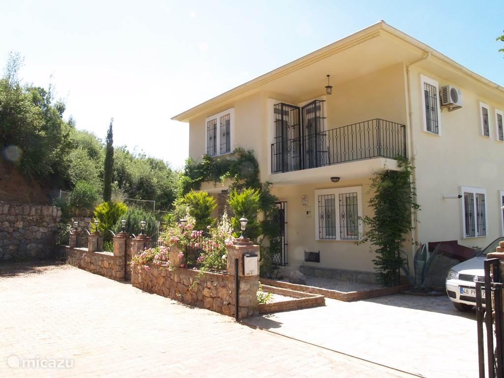 Villa Orman is aan het einde van een doodlopende straat.
