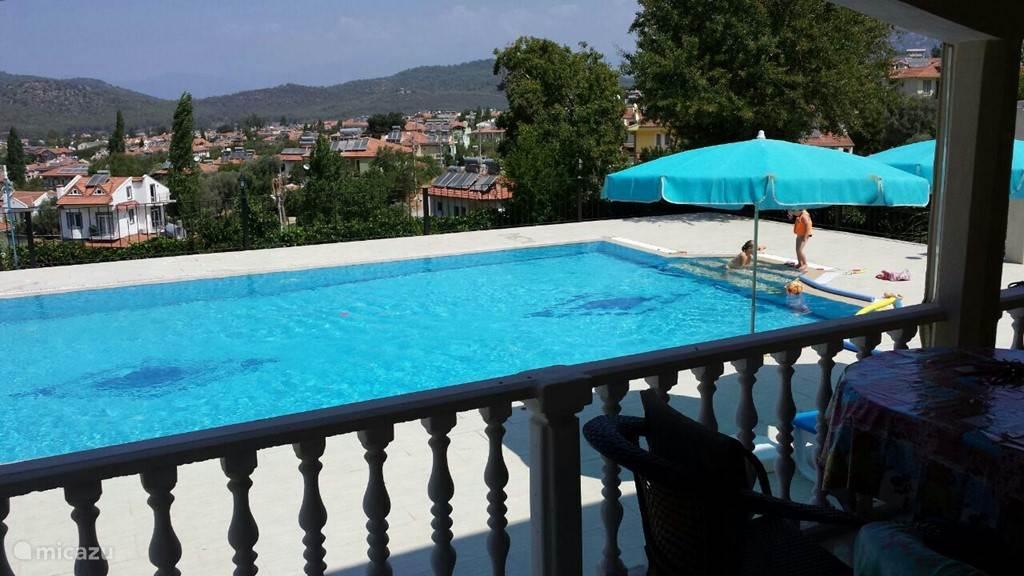 Zwembad met uitzicht.