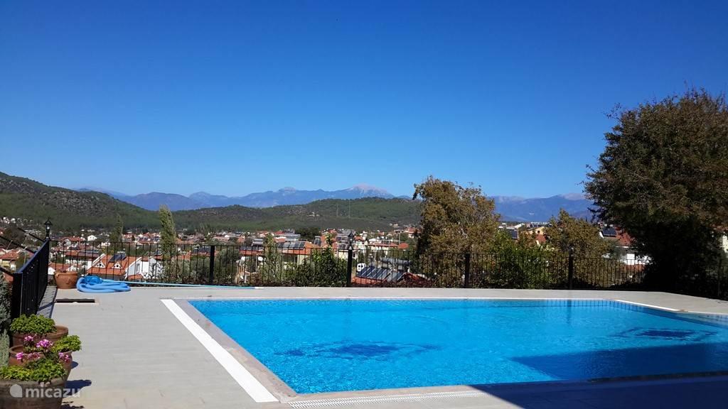 Zwembad met uitzicht over het plaatsje.