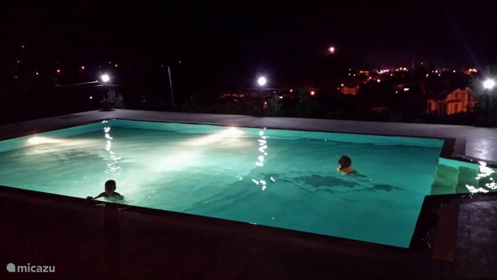 Zwembad met verlichting.