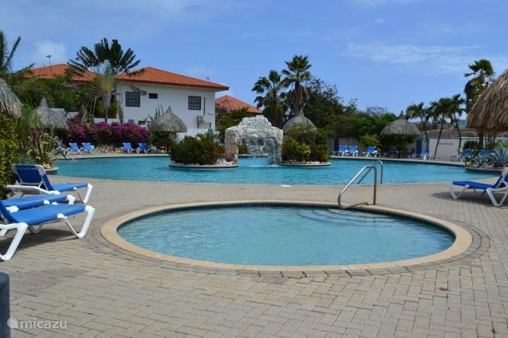 Zwembad met apart kinderbad Seru Coral Resort