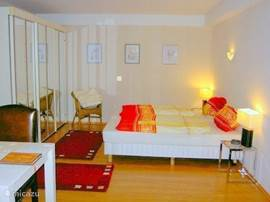 Part 1 bedroom with 2 pers. twin beds and large spiegekast