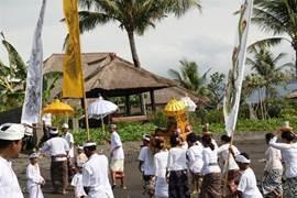Op het strand bij villa senang waar minstens eens per week een ceremomie plaatsvindt. U zit eerste rang!