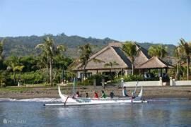 Villa senang gezien vanaf zee. U kunt van het strand worden opgehaald voor een het zien van dolfijnen of een vis avontuur.