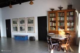 De bibliotheek met een verschiedenheid aan boeken. Ontspanning, literatuur, info over bali en anthieke boeken over de koloniale periode.
