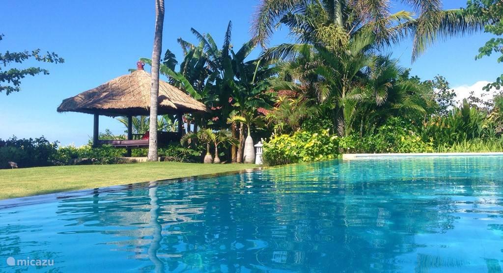 De ruime villa in het noorden van Bali, ligt direct aan zee en wordt omringd door een geweldige tropische tuin van 35 bij 55 meter. Natuurlijk ontbreekt het zwembad (15 x 6 meter) niet. Ook is er een typisch Balinese Bale Benong, waar u in alle rust kunt ontspannen.