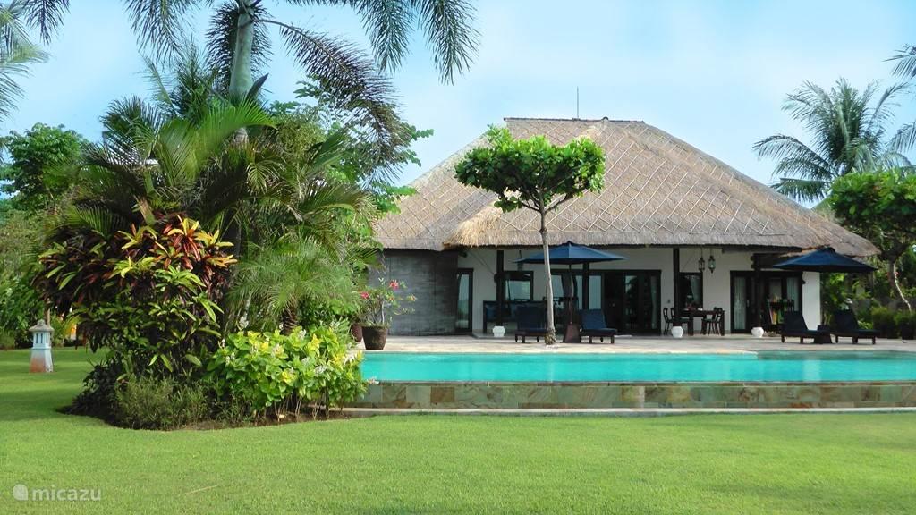 De tuin biedt voldoende ruimte voor een potje voetbal, maar relaxen onder de palmen of in de bale benong kan ook. Verse kruiden en vruchten kunnen zo van de bomen en struiken worden geplukt. Het privé zwembad heeft een lengte van 15 meter en een 'overflow' naar de strandzijde. Ook in de zee kunt u h