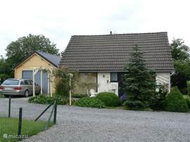 Onze woning is gelegen te Lamormenil, vlakbij Manhay. Op slechts 15 km van La Roche hebben wij deze woning volledig gerenoveerd, voorzien van alle comfort met CV en gezellig aangekleed. Een volledige huisraad is aanwezig, inclusief donsdekens en kussens. Sinds juni 2012 werd er een garage aangebouw