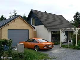 De garage werd aangebouwd in het voorjaar van 2012.  De garage staat ter beschikking van de huurder.
