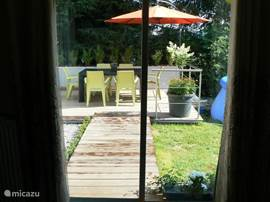 Blick aus dem Wohnzimmer in den Garten.