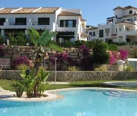 Nieuwe luxe hoekwoning met grote tuin op prachtig resort. Vanaf terrassen prachtig uitzicht over de zee, bergen en zwembad. Vele faciliteiten vlakbij: zee, golfbanen, pretparken, winkels, restaurants, bergen en natuur.