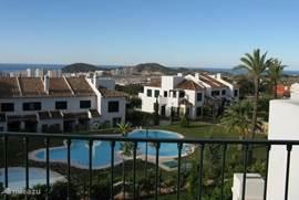 Prachtig wijds uitzicht van balkonterras van masterbedroom tot ver voorbij Alicante.