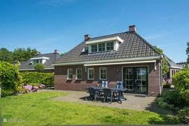 Achterzijde woning grenzend aan groenstrook/strand Veluwemeer.