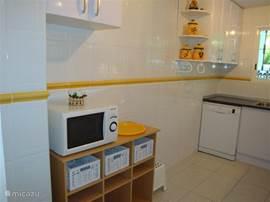 Ruime keuken voorzien van alle gemakken; van knoflookpers tot wasmachine, van vaatwasmachine tot kaasschaaf. Overal is aan gedacht
