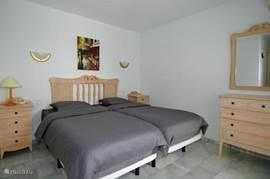 Slaapkamer 1 (komt uit op het terras) is de master bedroom en voorzien van airco en inbouwkasten. De matrassen zijn van memoryfoam (vergelijkbaar met tempur)
